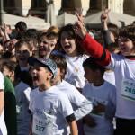 """Τα παιδιά φωνάζουν το σύνθημα """"Ο Αγώνας για το Περιβάλλον είναι Μαραθώνιος""""!"""